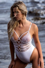 Body string blanc dentelle - Body string sensuel au bustier de dentelle transparente et décolleté sexy lacé.